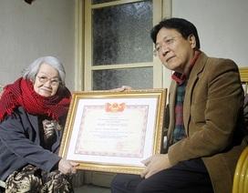 Trao tặng danh hiệu NSND cho vợ cố nhà văn Nguyễn Đình Thi tại nhà riêng