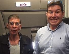 """""""Dở khóc dở cười"""" vì cả gan chụp hình với kẻ cướp máy bay"""