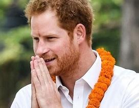 Ấn tượng hình ảnh Hoàng tử Anh lao động chân tay giúp người dân Nepal