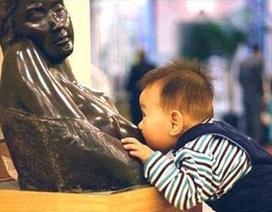 """Bật cười với em bé """"đói sữa"""" trong viện bảo tàng"""
