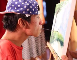 Những gam màu hy vọng của họa sĩ tật nguyền Lê Minh Châu