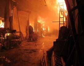 Xưởng gỗ bốc cháy ngùn ngụt trong đêm