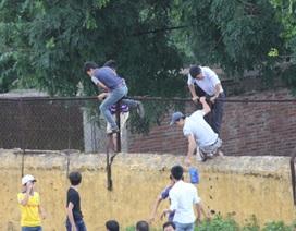 Lại thót tim CĐV xứ Nghệ leo tường cổ vũ cho đội nhà