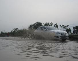 Quốc lộ thành sông sau mưa lớn kéo dài