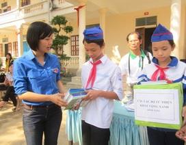 Hơn 3.000 cuốn vở đến với học sinh vùng rốn lũ