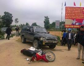 Xe máy đối đầu ô tô, 3 người nhập viện