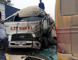 Xe khách đối đầu xe tải, hai tài xế nhập viện