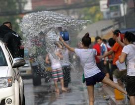 Đắm mình vui cùng Tết té nước ở Lào
