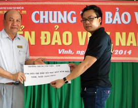 """Trường Trung cấp Việt - Anh phối hợp VP báo Dân trí tại Nghệ An """"Tiếp sức ngư dân bám biểm"""""""