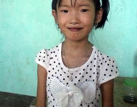 """Nụ cười """"tím ngắt"""" của cô bé 7 tuổi chỉ nặng 10kg"""