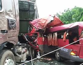 Xe khách nát bét đầu sau khi tông xe tải, 1 người tử vong