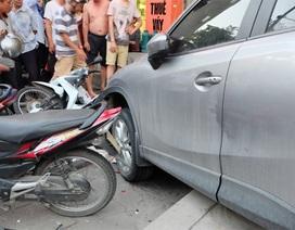 Hà Nội: Ô tô tông hàng loạt xe máy, nhiều người bị thương
