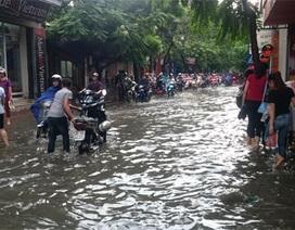 Liên tiếp những chiều tan tầm người Hà Nội bì bõm lội nước