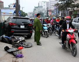 """Hà Nội: Santafe """"đụng"""" taxi, tông liên tiếp 2 xe máy, cắm đầu vào lô cốt"""