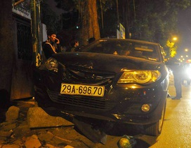 """Hà Nội: """"Xe điên"""" gây tai nạn liên hoàn, hất 1 phụ nữ lên nắp capo"""