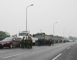"""Hạ tải, cắt thùng đoàn xe quá tải """"quậy"""" trên đại lộ Thăng Long"""
