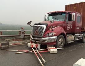 Hà Nội: Xe container tông 4 người bị thương trên cầu Thanh Trì
