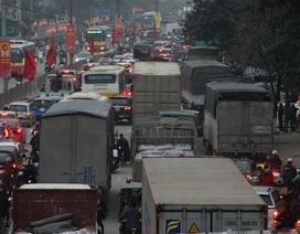 """Hàng ngàn phương tiện nối đuôi nhau """"bò"""" vào nội thành Hà Nội"""