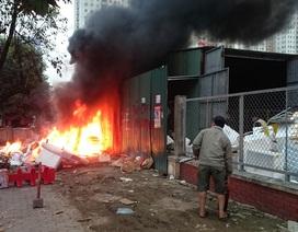 Hà Nội: Cháy lớn cạnh siêu thị Big C, nhân viên cuống cuồng dập lửa