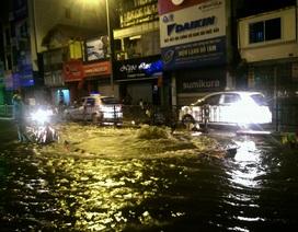 """Nước phun lên từ """"lòng đất"""", đường phố Hà Nội ngập lênh láng"""