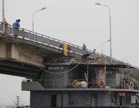 """Vụ tàu thủy đâm vỡ dầm cầu: Chiều nay """"gỡ"""" tàu, phá dầm cầu hỏng"""