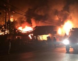 Xưởng inox bốc cháy dữ dội trong đêm