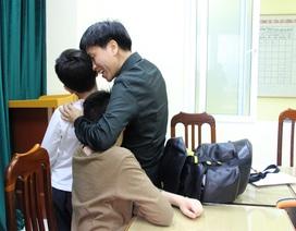 """Mừng """"rơi nước mắt"""" khi tìm được 2 con trai bỏ nhà đi vì bị mắng"""