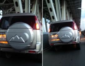 """Ô tô """"cướp đường"""" xe máy trên cầu Thăng Long"""