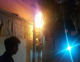 Hà Nội: Hoảng loạn vì cột điện bất ngờ bốc cháy dữ dội