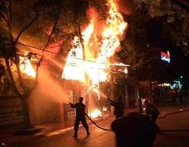 Quán bar bốc cháy dữ dội, dân chơi vội vã tháo chạy