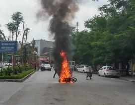 Hà Nội: Va chạm với taxi, xe máy bốc cháy dữ dội