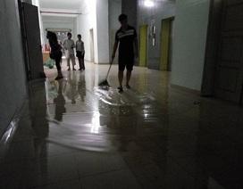 """Hà Nội: Chung cư vỡ bể nước trên tầng thượng, thang máy """"tê liệt"""""""