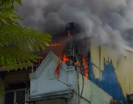 Hà Nội: Thục mạng tháo chạy khỏi tầng 5 ngôi nhà bất ngờ bốc cháy
