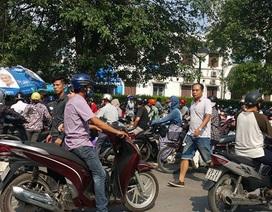 Người dân chật vật gửi xe tại các bệnh viện ở Hà Nội