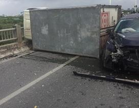 Hà Nội: 3 ô tô đâm nhau, cầu Vĩnh Tuy bị chắn 2/3 bề ngang