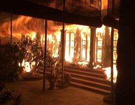 Ngôi chùa cổ gần Hồ Tây cháy dữ dội trong đêm