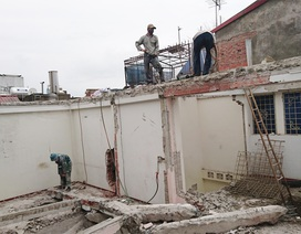 Phá dỡ ngôi nhà nghiêng gần 1m ở Hà Nội