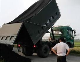 Bị kiểm tra tải trọng, tài xế đổ hàng xuống đường rồi bỏ chạy