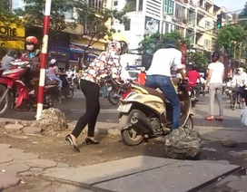 """""""Lạ kỳ"""" kiểu đi xe máy ở Hà Nội"""