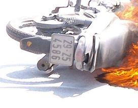 Hà Nội: Xe máy phát hoả dữ dội cháy trơ khung giữa đường