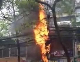 Cột điện cháy nổ như pháo hoa tại Hà Nội