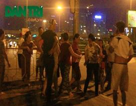 Cò mồi xô xát tranh giành địa bàn bán vé đêm nhạc Khánh Ly