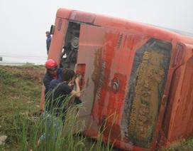Lật xe khách ở Lào, 8 người Việt gặp nạn