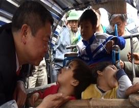 Chủ tịch tỉnh bất ngờ dừng xe chia sẻ với người nghèo bên đường