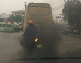 """Màn """"phun khói"""" kinh hoàng của một chiếc xe khách"""