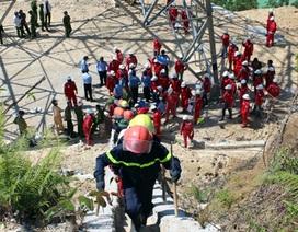 Hàng trăm công nhân ngược núi bảo vệ đường dây hòa mạng 500KV