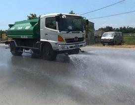 """Xe tưới nước hoạt động hết công suất """"cứu"""" đường"""