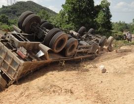 Xe tải lộn ngược, người dân phá cabin cứu tài xế