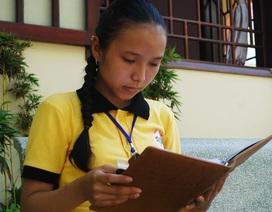 Nghị lực của nữ sinh bị bệnh khuyết mống mắt vượt khó học tập
