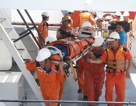 Đưa 4 ngư dân bị thương và tử vong vào bờ